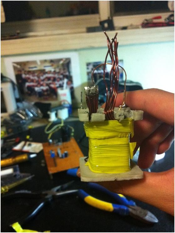 绕下一层次级(27匝),然后用胶带包上 绕下剩下次级(11匝) 绕辅助绕组,然后用胶带包上 清洁磁芯的对接面然后插入磁芯,用胶带固定之 绕好之后要进行漏感测试,测试方法是短路高压绕组然后测初级电感即是漏感,如果漏感太大要重绕变压器,漏感不要超过2uH! 然后在万用板上搭建前级(前级那张电路图的全部)。前级的图腾柱三极管选用80508550或者D669B649对管(我用后者),功率管为了避免过大损失,先俩IRF3205做调试。后级的整流二极管选用耐压〉600V电流8A以上的快恢复二极管,我选用的型号是