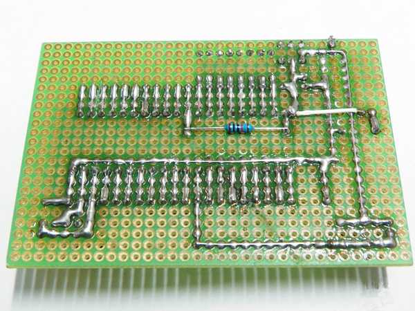 当初学习单片机的目的很简单,就是看着有很多很多的零件搭在上面,自己写一些非常简单的程序在上面运行,感觉好玩。下面打造的这块板,就叫单片机最小系统,是单片机成功运行的必要系统。下面是焊好的单片机最小系统。  下面让大家看看本次的主角,STC89C52RC单片机,就是传说中的单片机,介绍什么的网上好多,大家有兴趣可以去百度一下,这里我就不详细介绍了。  制作之前首先上个洞洞板和ic座的图。  把单片机座子放进洞洞板,这一步可费了好大劲  陆续添加零件.