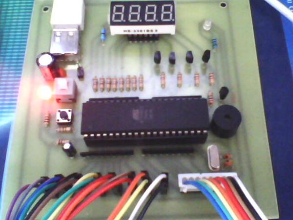 这款实用性强的8路单片机抢答器,使用的是AT89S52单片机,四位数码管作为抢答、回答时间的倒计时以及计分显示用。该制作从实用性出发,8个按键都是分开来做的,做出来的东西是能够使用的而不是模型。 这款实用性强的8路单片机抢答器主要的功能:可以显示抢答、回答时间的倒计时,可以调节抢答、回答时间,能够提示犯规抢答,可以计分,可以实现软复位。 全部资料打包下载地址