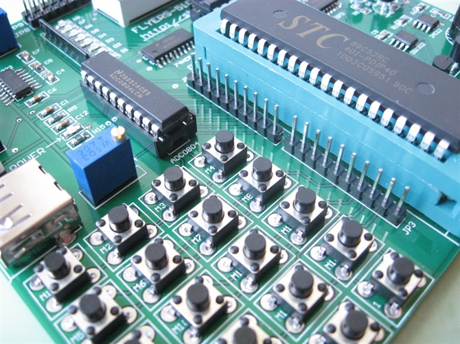 独立按键6.矩阵键盘7.串口通讯8.i2c对24c02操作9.看门狗10.